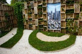 contemporary garden with wooden crate walls 2 karl gercens