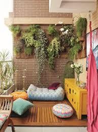 balkon gestalten ideen balkon ideen kreative gestaltung balkon bepflanzte wand sitzhocker