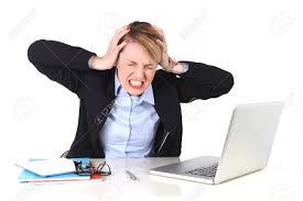 blanc au bureau femme d affaires attrayant frustré et désespéré expression