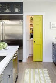 fermer une cuisine ouverte fermer un placard de rangement avec une cloison coulissante