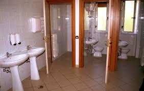 spiare in bagno appendiabiti nei bagni pubblici attenzione possono nascondere