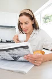 Le Journal De La Femme Cuisine Unique Journal Femme Avec Le Journal De Lecture De Tasse De Café Dans La Cuisine