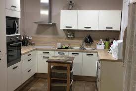 cuisine beige et bois réalisations cuisine beige satinée et bois de cuisines biomania