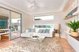 Wohnzimmerm El Holz Haus Boden Ist Aus Holz Und Einer Dunklen Farbe Fell Teppich Auf