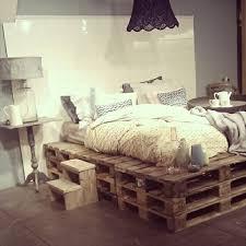 bank fã r schlafzimmer kleines schlafzimmer mit einem bett aus paletten und einem