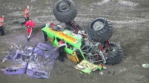 monster jam youtube monster jam 2014 avenger monster truck crash rollover youtube