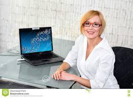 Glasschreibtische Junger Versuchsingenieur Am Glasschreibtisch Mit Laptop Stockfoto