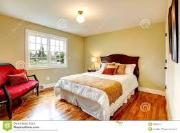 couleur chaude chambre chambre à coucher chaude confortable de couleurs avec la porte