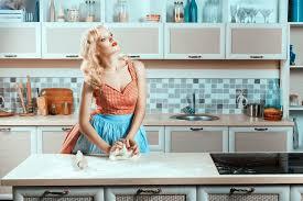 femme dans la cuisine comment rendre ma cuisine plus fonctionnelle magazine avantages