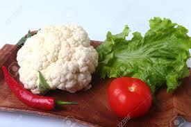 cuisiner les feuilles de chou fleur chou fleur frais tomate feuilles de salade et autres légumes sur