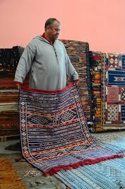 venditore di tappeti in un deposito marocchino tappeto immagine editoriale