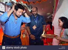 marathi actor swapnil joshi visits gsb seva mandal to offer prayer