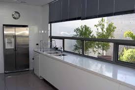 cuisine blanche plan de travail noir plan de travail cuisine gris clair le sol est un carrelage