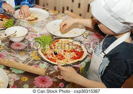 apprendre a faire la cuisine gosses pizza faire cuisine jeunes enfants maître images