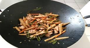 comment cuisiner au wok wok pois mange tout mini épis de maïs carottes lamelles de poulet