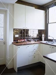 kche zu dunklem boden moderne küche mit weißen schränken und dunklen fliesen an wand und