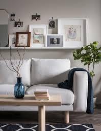 dessus de canape une étagère pour photos installée au dessus d un canapé sert de