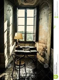 Antiker Schreibtisch Antiker Schreibtisch Historisches Lesepult Vor Einem Fenster