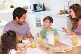 cuisine en famille famille rire autour de petit déjeuner dans la cuisine banque d
