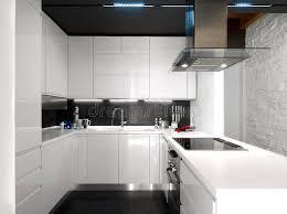 cuisine moderne blanche cuisine moderne blanche avec les appareils en acier image stock