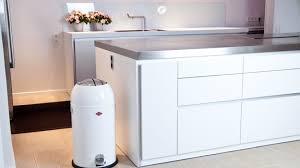 poubelle de cuisine blanche poubelle à pédale déco insolite en cuisine westwing