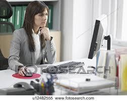 employé de bureau banque d image inquiété femme employé bureau bureau u12482555