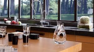 hauteur fenetre cuisine maison moderne avec grandes fenêtres baies vitrées et baies