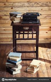 le bureau ancienne machine à écrire et des livres sur la table machine à écrire