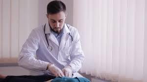 de sexe dans un bureau médecin de sexe masculin rend la palpation de l abdomen du patient