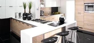cuisine contemporaine blanche et bois cuisine equipee blanc laquee cuisine moderne bois et laquac blanc