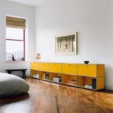 schlafzimmer system usm haller sideboard mit fünf klapptüren im schlafzimmer gelb