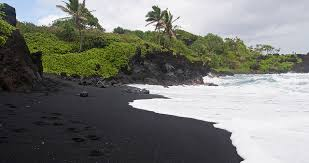 black sand beach hawaii top 6 amazing black sand hawaiian beaches youramazingplaces com