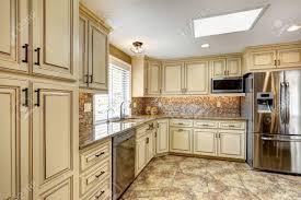 couleur cuisine avec carrelage beige intérieur de cuisine de luxe de couleur beige clair avec garniture