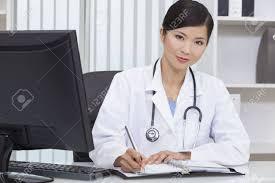 femme de bureau un chinois asiatique femme médecin médicale écrit dans un bureau de