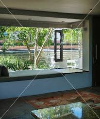 sitzbank wohnzimmer ein wohnzimmer mit sitzbank vor dem fenster bild kaufen
