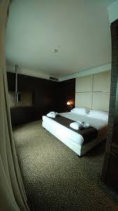 chambres avec lit king avec télévision suspendue 2 robes de chambres avec