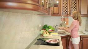 la cuisine familiale la femme prépare la viande dans la cuisine dîner de cuisine