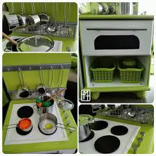 fabriquer une cuisine en bois pour enfant diy fabriquer une cuisine pour enfant avec deux tables de chevet