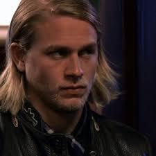jaxs hairstyle charlie hunnam jax teller sons of anarchy soa 3 long hair