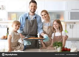 cours de cuisine en famille famille avec pizza dans la cuisine concept de cours de cuisine