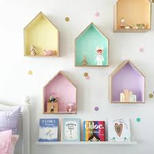 diy wandregal kinderzimmer bunte regale aus holz kleine figuren - Wandregal Kinderzimmer