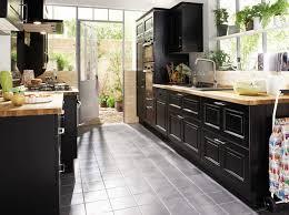 configuration cuisine meubles noirs et plans de travail bois travaux cuisine