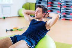 sedere di uomo uomo di forma fisica che fa esercizio di sedere ups per l abs