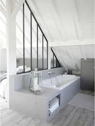 salle de bain dans chambre sous comble verrière intérieure pour séparer la salle de bain d une suite