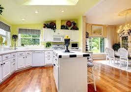 cuisine parfaite cuisine parfaite avec intérieur blanc murs jaunes et bois franc