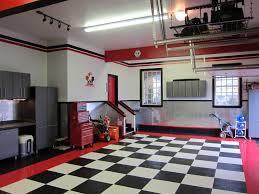 garage décoré dans les tons de rouge noir et blanc le sol est
