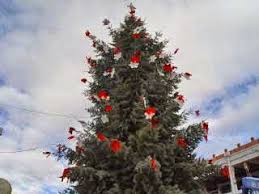 christmas tree with white lights and red bows wordshaping magic christmas trees in sedona and one in albuqueque