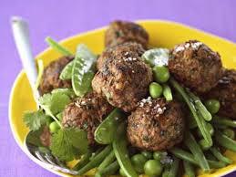 cuisiner des pois mange tout boulettes de boeuf épices et herbes petits pois et mange tout