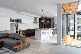 küche im wohnzimmer moderner wohnbereich mit offener küche und theke mit hockern