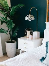 plante verte dans une chambre peinture murale mur d accent peinture bleu paon table de nuit